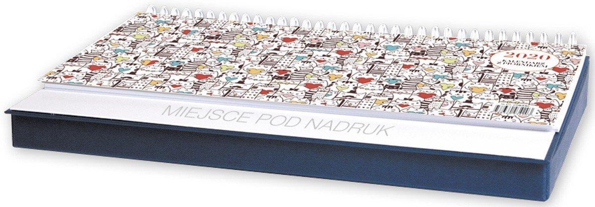 Kalendarz biurkowy leżący z piórnikiem